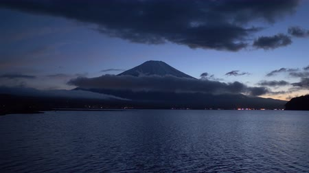 alkony : Mt. Fuji over Lake Yamanaka at Dusk (time lapse) Stock mozgókép