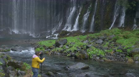 штатив : A Man Shooting Landscape photograph at Hiraito Falls in Fujinomiya City, Shizuoka Pref., Japan Стоковые видеозаписи