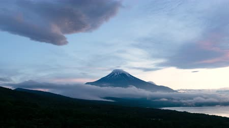 haziran : Mt. Fuji captured from Mikuni Pass Panoramadai in Yamanakako village, Yamanashi prefecture, Japan (time lapsezoom in) Stok Video