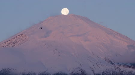 sobreposição : Time lapse tilt down+real time zoom in on the Moon Setting on Top of Mt. Fuji (Fuji Pearl)