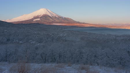 vulcão : Mt. Fuji over a Snowy Forest (time lapse)