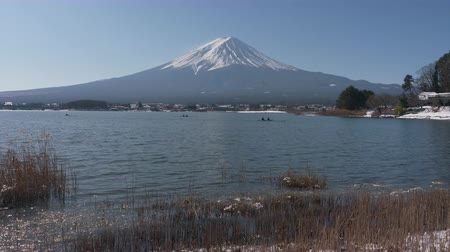 kano : Mt. Fuji over Lake Kawaguchi in Winter (zoom in) Stok Video