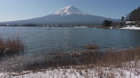 kano : Mt. Fuji over Lake Kawaguchi in Winter (tilt up) Stok Video