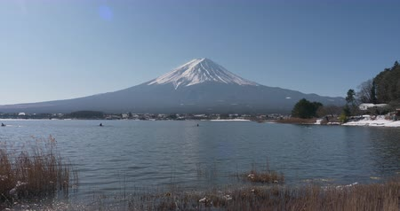kano : Mt. Fuji over Lake Kawaguchi in Winter (time lapsetilt down) Stok Video