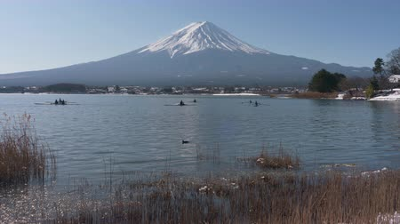 kano : Mt. Fuji over Lake Kawaguchi in Winter (time lapsezoom out) Stok Video