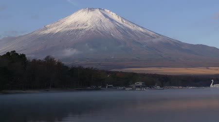 tükrözött : Mt. Fuji Reflected in Lake Yamanaka (time lapseTilt down)