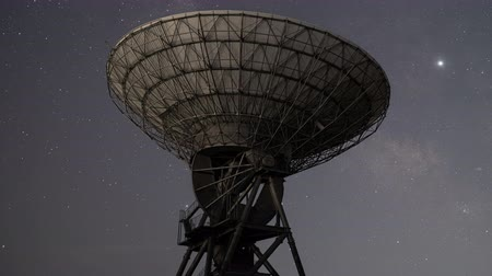 alıcı : Milky Way Rising over a Radio Telescope (time lapsepanning) Stok Video