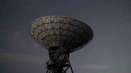 construído : Milky Way Rising over a Radio Telescope (time lapsezoom in)