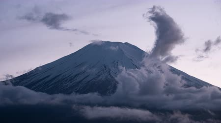 появление : Mt. Fuji Emerging from Clouds at Sunset (time lapse)