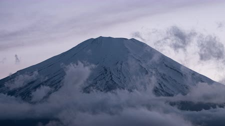 появление : Mt. Fuji Emerging from Clouds at Sunset (time lapsezoom in)