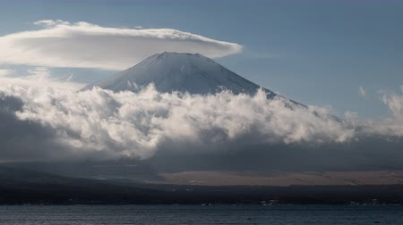 явление : Mt. Fuji with a Lenticular Cloud Over Lake Yamanaka (time lapsepanning) Стоковые видеозаписи