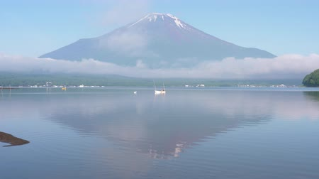 yansıyan : Mt. Fuji Reflected in Lake Yamanaka in a Foggy Morning in Summer (60p Real Time) Stok Video