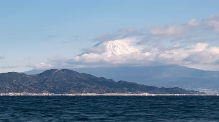 появление : Mt. Fuji Emerging from Clouds While Freighters Passing by (time lapsezoom in)