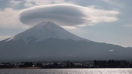 явление : Mt. Fuji with Lenticular Cloud on Top at Lake Kawaguchi (Time Lapse)