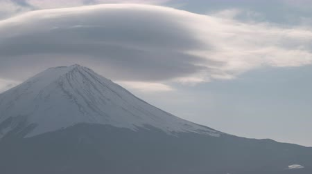 явление : Mt. Fuji with Lenticular Cloud on Top at Lake Kawaguchi (Time LapseClose UpPanning) Стоковые видеозаписи