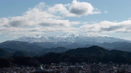 ângulo : Snowy Mountains over a Town (time lapse): Mt. Ontake from Takayama City, Gifu Pref., Japan