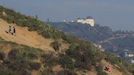 скат : Runyon Canyon Hikers in Front of Griffith Observatory