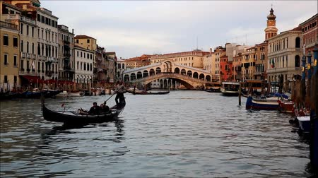 veneza : The beautiful view of Rialtos Bridge and the Canal Grande  in Venice, Italy