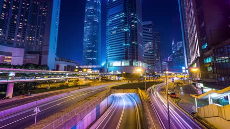 ночная жизнь : Night view of modern city traffic across street with skyscrapers. Time lapse. Hong Kong