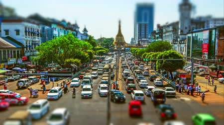 пагода : YANGON, MYANMAR - DEC 29, 2014: Yangon cityscape with busy highway and famous Buddhist shrine Sule pagoda. Myanmar (Burma). Time lapse, tilt shift effect Стоковые видеозаписи