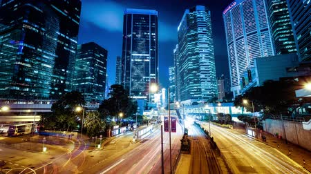 ночная жизнь : HONG KONG - JAN 15, 2015: Night view of modern city traffic across street with skyscrapers. Time lapse. Hong Kong