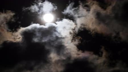 fantasma : Amazing night sky with shining full moon behind moving dramatic clouds. Time lapse
