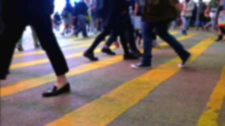 hong kong foot : Blurred slow motion video of people moving at crossroad in crowded evening city street. Hong Kong night life