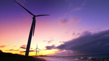 renovável : Wind turbine power generators silhouettes at stormy ocean coastline at sunset. Alternative renewable energy production in Philippines Vídeos