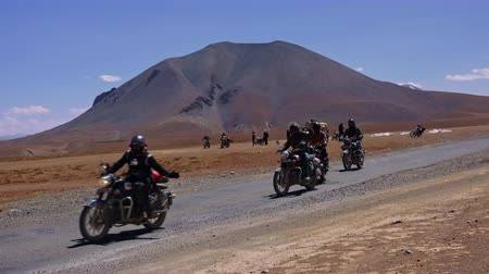 LADAKH, INDIA - SEPTEMBER 13, 2017: Indian bikers riding motorcycles and starting race on Leh-Manali Highway against Himalaya mountain range on background. Popular attraction on More plains. Stok Video