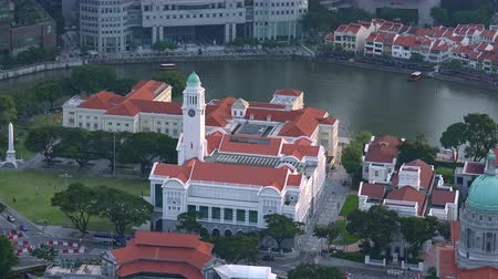 SINGAPORE - OCT 19, 2017: Central area of Singapore with Fullerton hotel, Victoria Theatre and Concert Hall and other historical buildings against river and Marina Bay Financial Centre on background Stok Video