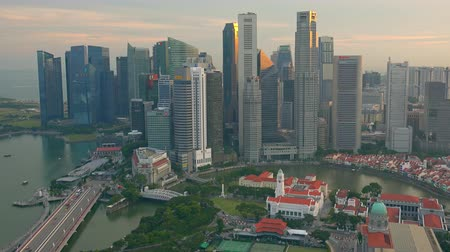 SINGAPORE - OCT 19, 2017: Central area of Singapore with Fullerton hotel, Victoria Theatre and Concert Hall and other historical buildings against river and Marina Bay Financial Centre on background. Stok Video