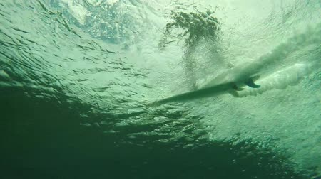 surf : Underwater view of surfer riding wave and then jumping off to avoid wipe out Dostupné videozáznamy