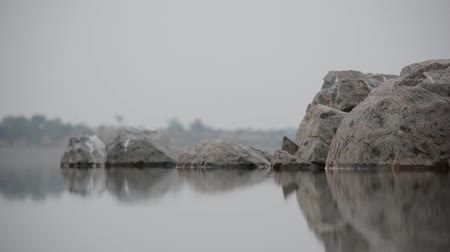uklidňující : Gentle water Flowing on rocks with rock reflection