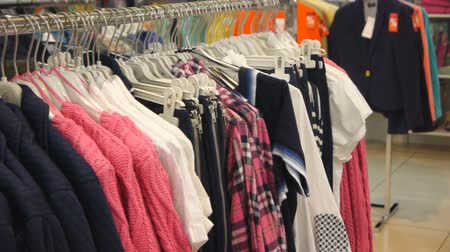 butik : Panorama View Of Colorful Clothes On Hangers In Shop Stok Video
