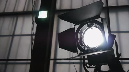 filmowanie : Adjustment Of Lighting Device During Filming. Turning On The Device. Close Up.