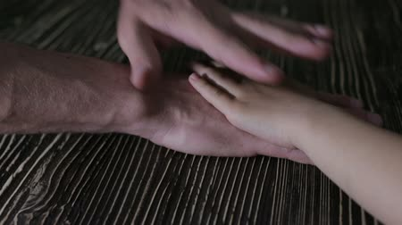 detém : The hands of father and child Vídeos