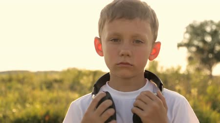 zahmetsiz : Portrait of a boy in headphones against the sunset Stok Video