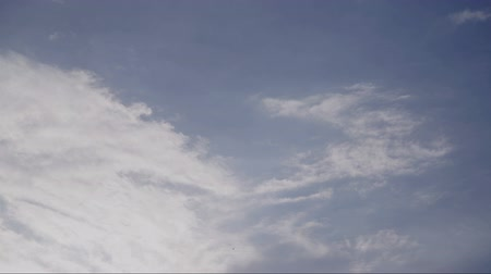 meteoroloji : Beautiful white clouds soar across the screen in time lapse fashion over a deep blue background.