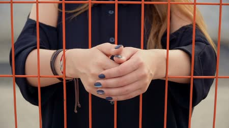 szermierka : Frustrated girl put her hands on the grid, fencing