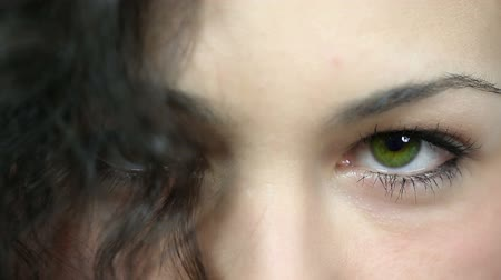 закрывать : Green eye close up Стоковые видеозаписи