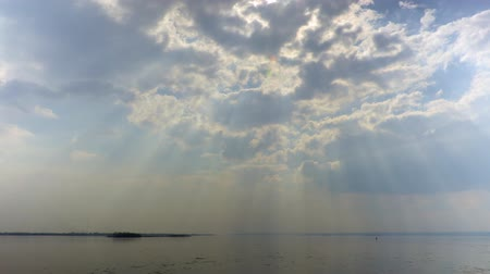 Sun rays through the clouds. A river landscape. Spring. Ice drift on the river. Russia, Saratov, the Volga river. Time-lapse recording. Footage in 4K, UHD 影像素材