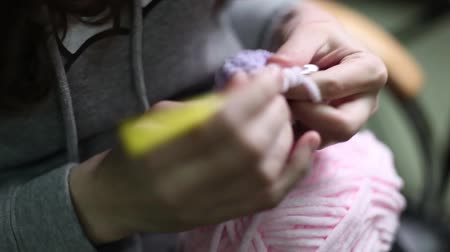 bordado : The girl knits an amigurumi toy. Selective focus. Closeup Stock Footage