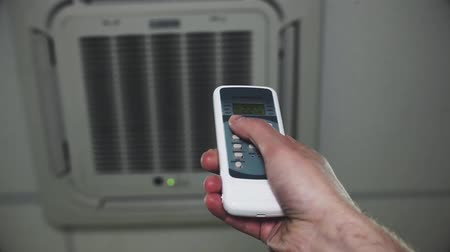 termostat : Turning on split system air conditioner with remote control