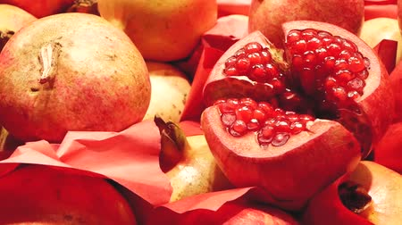 romã : Close up of fresh juicy pomegranates on the market