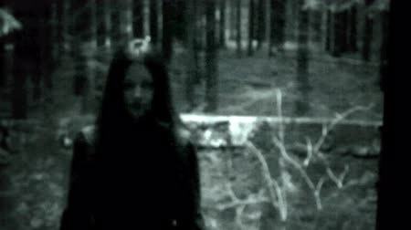 szatan : Horror scene of a spooky woman in the forest