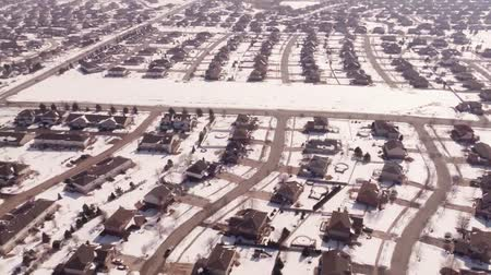 arrabaldes : Aerial of homes in a snow covered suburban neighborhood Vídeos