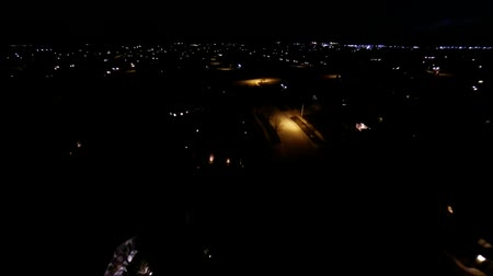 окрестности : Aerial night view of residential suburban neighborhood with street lights and rooftops