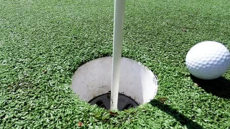 delikleri : Golf ball and flag stick on artificial turf practice putting green - competition and sports concept