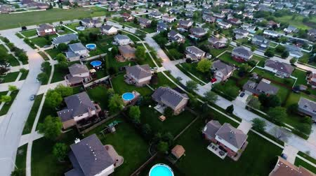 окрестности : Aerial view houses in residential suburban neighborhood with backyard landscape and rooftops Стоковые видеозаписи