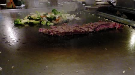 preparar : Chef cook preparing Japanese food on Teppanyaki grill table